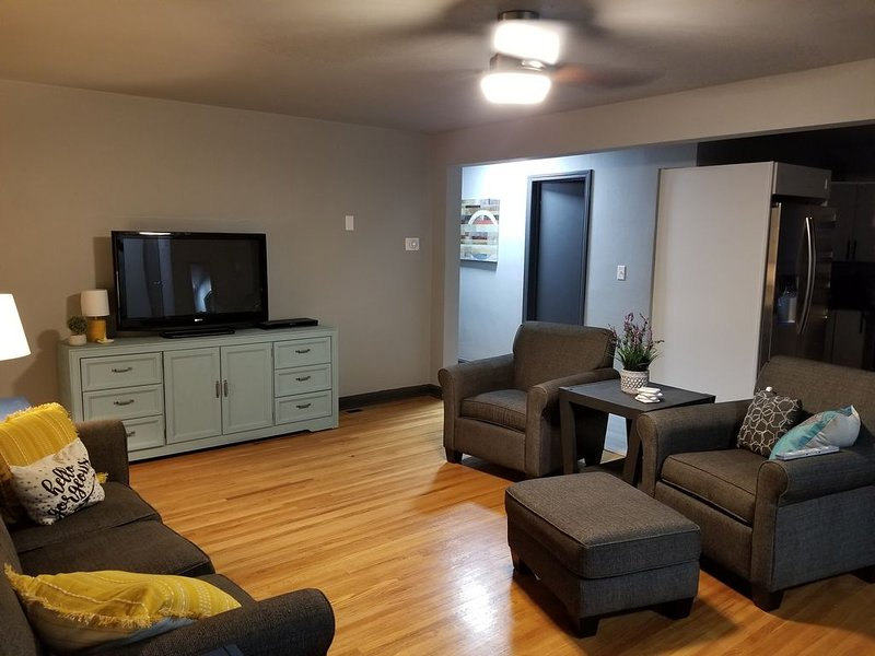 Newly renovated home close to downtown New Glarus, casa vacanza a New Glarus