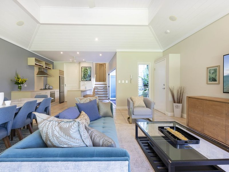 Prada - newly restyled luxury 3 level villa in the heart of Port, vacation rental in Port Douglas