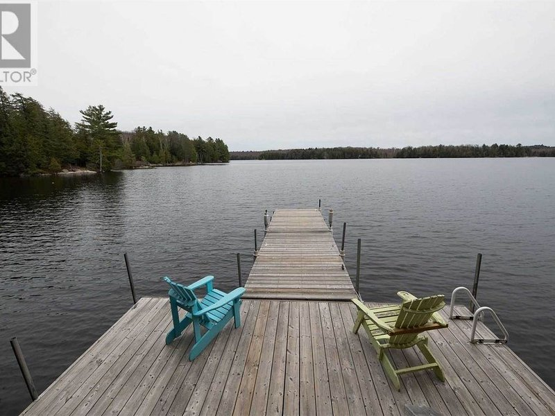 Cozy Lakefront Cottage on Deer Lake - Entire Cottage, vakantiewoning in South River