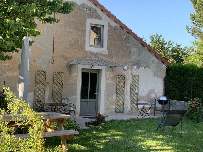 Maison 100% rénovée, plein centre, vues  sur Collégiale et collines de l'Auxois, holiday rental in Semur-en-Auxois