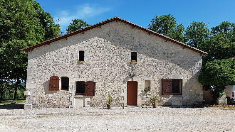 Jolie maison en pierre avec piscine dans magnifique domaine agricole, holiday rental in Bonnes