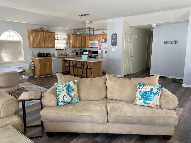 SPACIOUS 4BR/2BA W/ LARGE DECK & 4 CAR PARKING! ONLY 1.5 BLOCKS TO BEACH/BOARDS, holiday rental in Wildwood