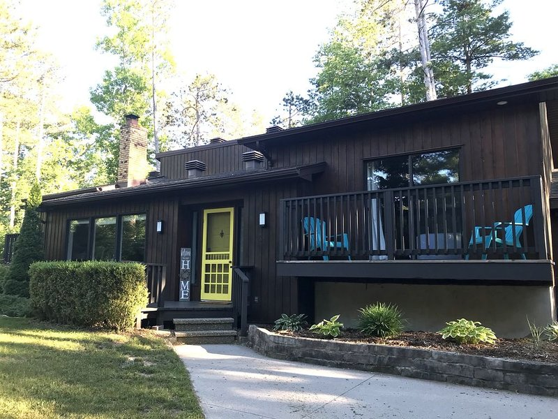 Open Concept 5 Bedroom Cottage with Sunroom & Walk to Private Beach, vakantiewoning in Grand Bend