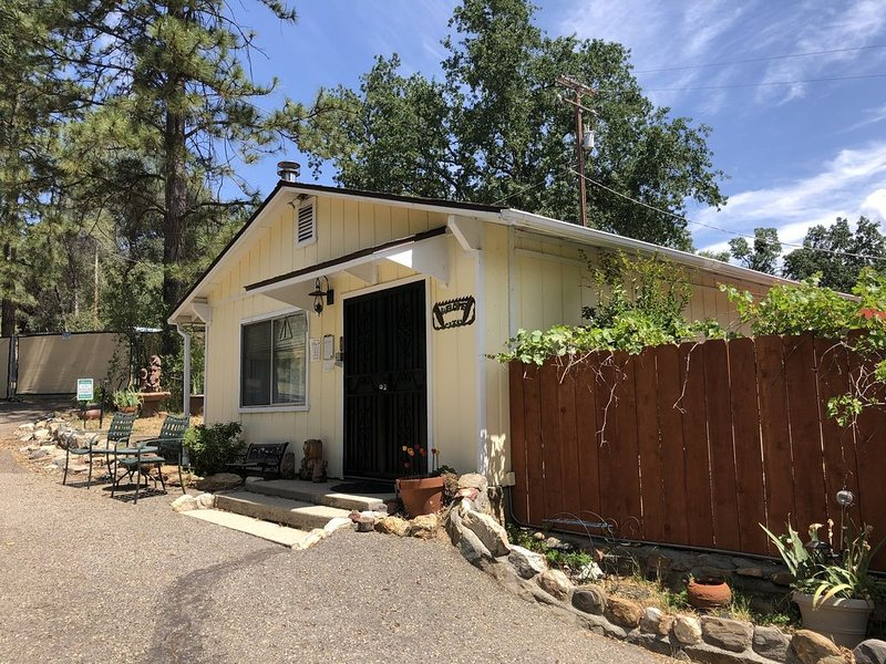 Private two bedroom cottage off Historic Highway 49., alquiler vacacional en Ahwahnee