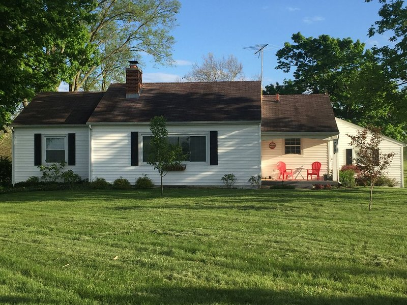 Hagen Homestead, Quiet, serene farmhouse, close to everything!, holiday rental in Butler County
