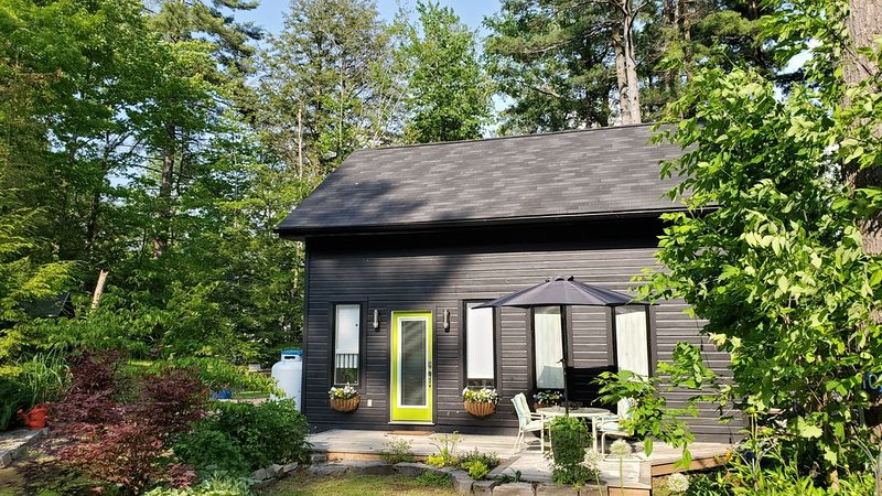 Green Door Cabin 2 BR Bala.  Perfect for 2 couples/small family Decent wifi, vacation rental in Muskoka Lakes