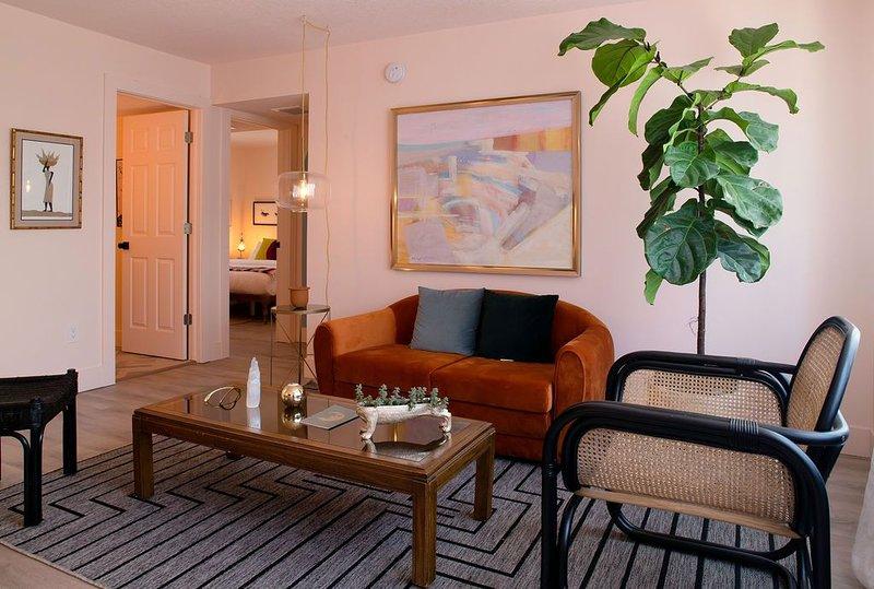 2 Bed 2 Baths Eclectic Modern Apt - WeAreGrateful, alquiler vacacional en South Pasadena