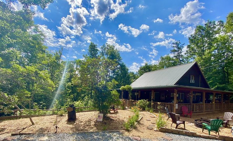 Escape to this beautiful mountain getaway. . Come to 'Our Neck of the Woods'., Ferienwohnung in Blue Ridge
