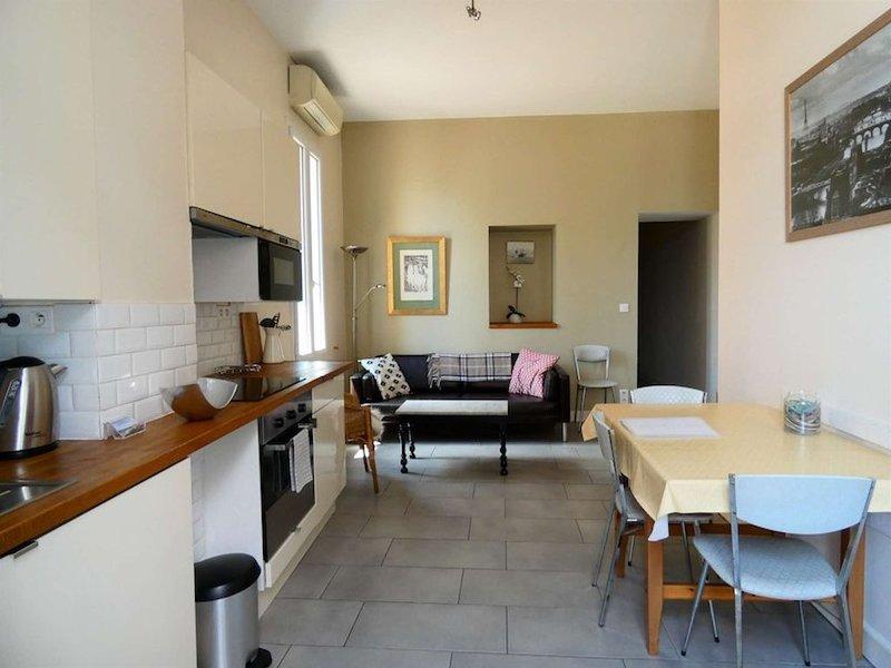 Appartement rénové avec 2 chambres, petit vue canal, climatisée et wifi., vacation rental in Sete