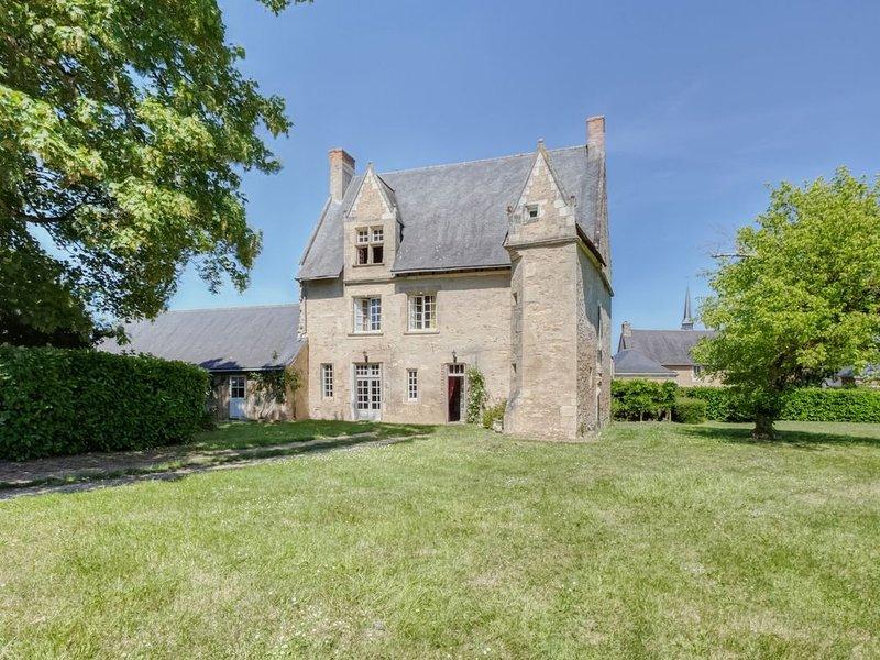 Le Castel - Maison familiale de charme du XVème siècle. Grand jardin, holiday rental in Jarze