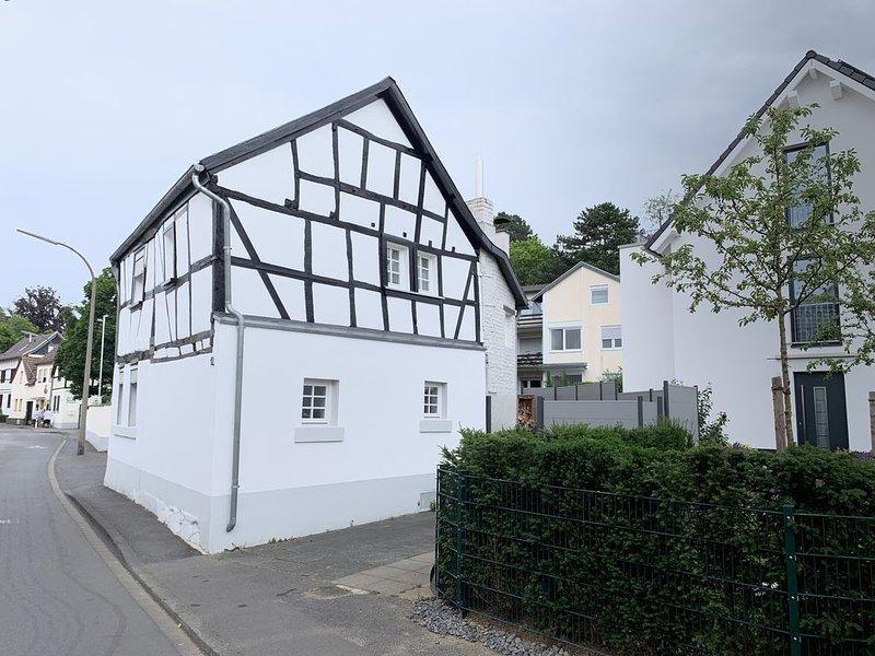 Historisches Fachwerkhaus, 2 Minuten zum Rhein, Siebengebirgsnähe, vacation rental in Hennef