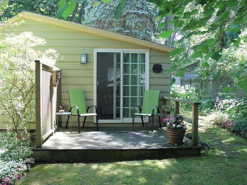 Charming Cottage in Historical Dist with Beautiful Gardens-5 minute walk to town, alquiler de vacaciones en Allegan County