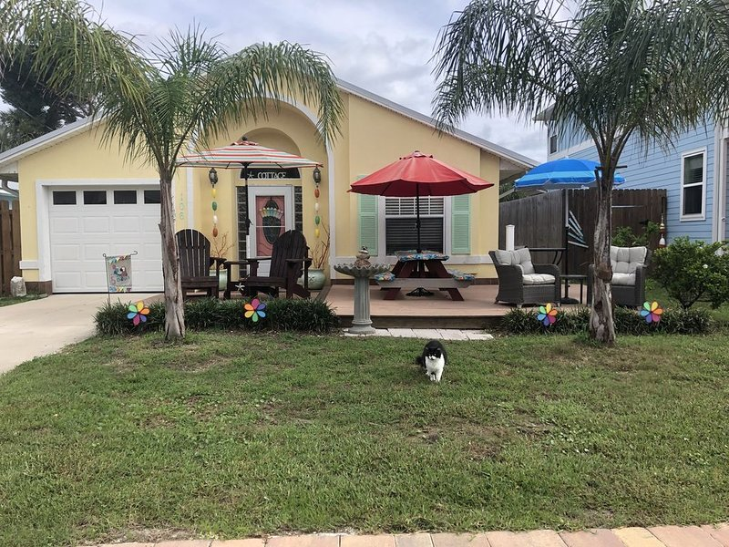 Come enjoy spectacular sunrises at this newly renovated cute  beach cottage. – semesterbostad i Saint Augustine