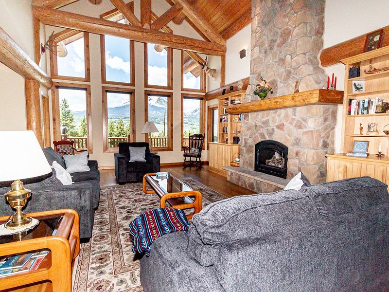 2 Living Areas, 2 King Beds, Private Hot Tub, Panoramic Views, Free WIFI, holiday rental in Silverthorne