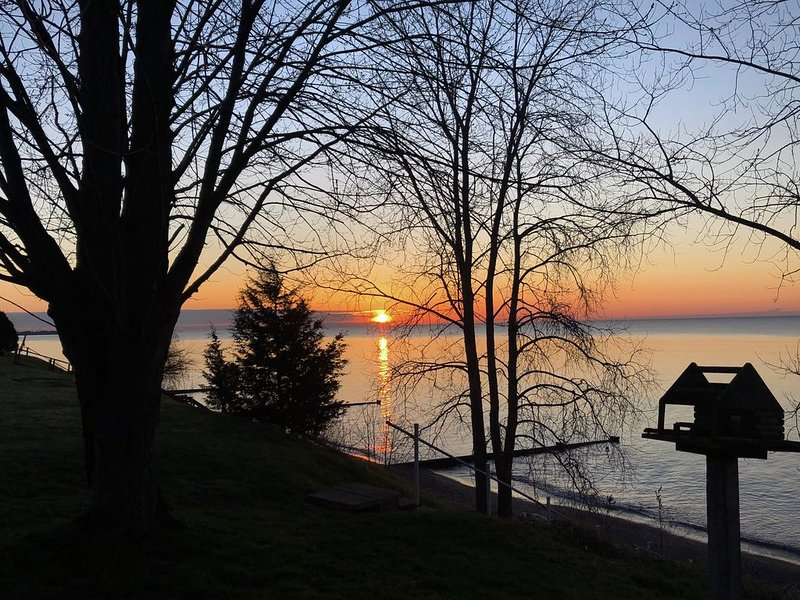 Beautiful 3 BR ranch house waterfront on Lake Erie, holiday rental in Leamington