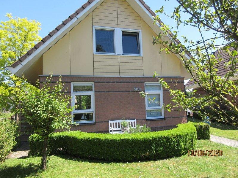 Wunderschönes Ferienhaus in Medemblik mit Garten und eigenem Bootssteg - W-LAN -, holiday rental in Medemblik