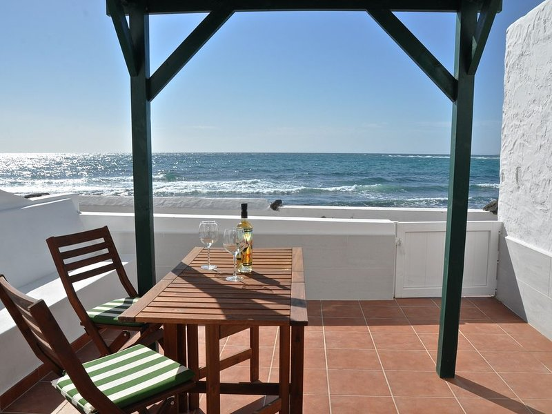 Moderne Ferienwohnung 'Buena Vista 1 linea Playa Honda' mit Meerblick, Terrasse, holiday rental in Playa Del Cable