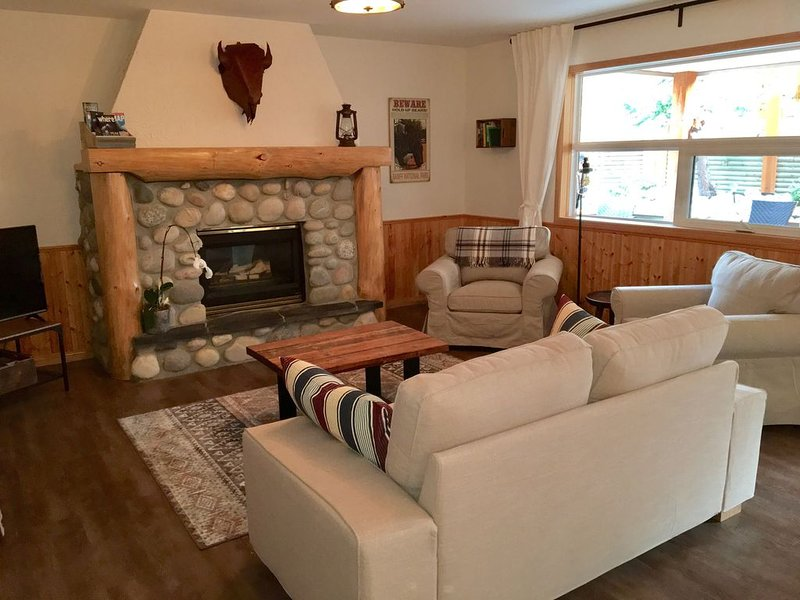 Cedar Pines is a private 2 bed 2 bath walkout basement suite located in Canmore, vacation rental in Seebe