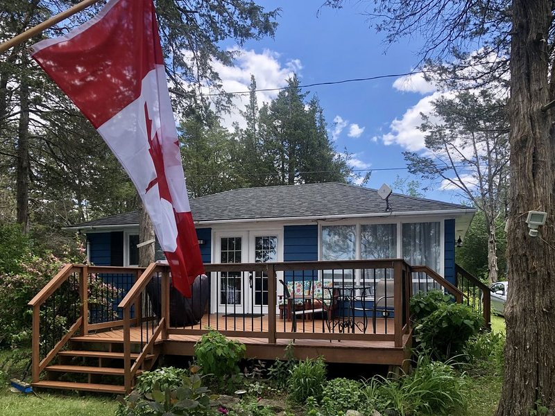 PRIVATE WATERFRONT  COTTAGE IN PRINCE EDWARD COUNTY, holiday rental in Napanee