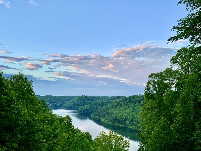 CHL house with a gorgeous lake view, holiday rental in Sparta