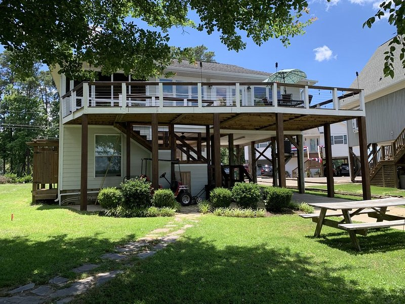 NEW! Charming Lakefront Home w/ dock, firepit, outdoor kitchen!, holiday rental in Prosperity