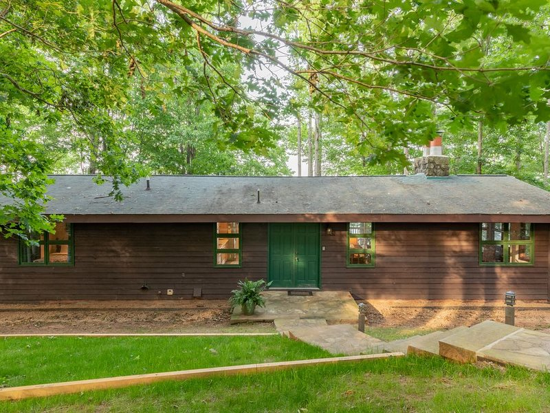 Triton Point - A Main lake private cabin, fabulous views!, holiday rental in Vaughan
