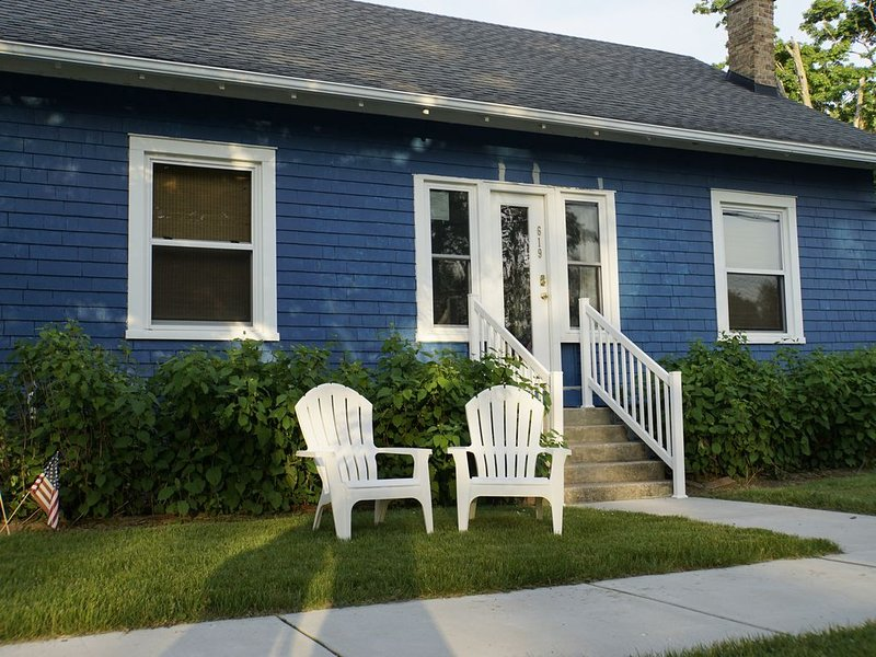 The Blue Pearl. Cozy fun cottage. Short walk to town. Wifi. Central air., location de vacances à South Haven