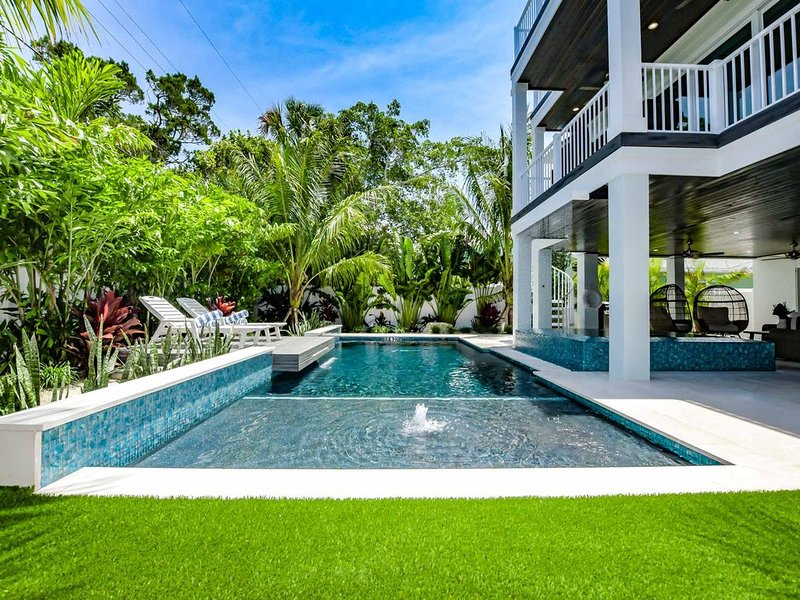 BRAND NEW 7-bedroom, private pool/spa, steps from Lido Key Beach!, holiday rental in Lido Key