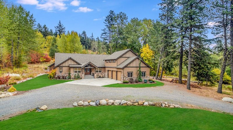 The BEST 5BD Home Nr Suncadia, Heated Game Room+Hot Tub, Slps 16, vacation rental in Ronald