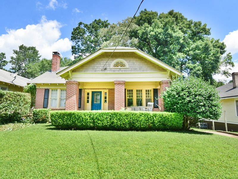 ❤ART of ATL | Quiet + Charming Bungalow w/Pub❤, casa vacanza a Hapeville
