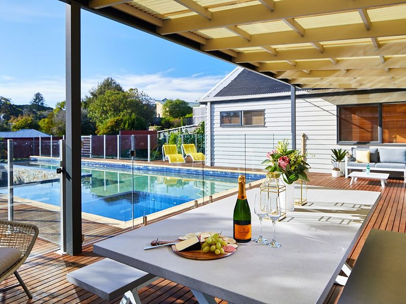 Belle Azure, Sorrento - CLASSIC POOLSIDE ENTERTAINER, EASY WALK TO BEACH & TOWN, holiday rental in Sorrento