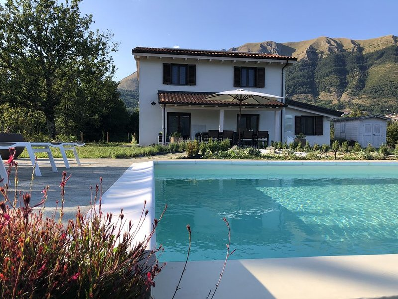 Infinity pool, 360 views, 3 bedrooms, 3 bathrooms in Lucca, Pisa, Florence area, holiday rental in Fabbriche Casabasciana