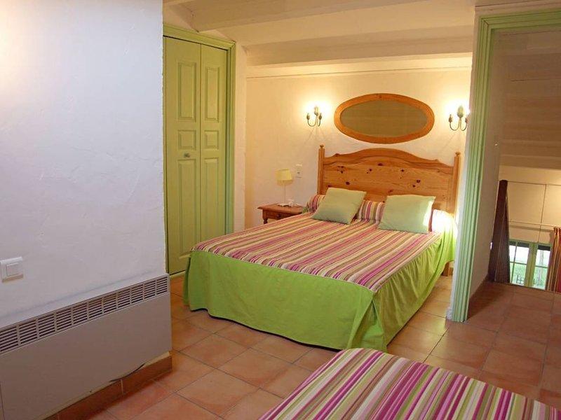 Gîtes 5pers. , 1 chambre, Grande Piscine dans un parc arboré de 50 000 m2, holiday rental in Saint-Laurent-d'Aigouze
