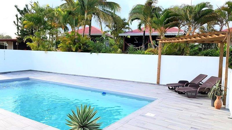 CHALET EN BOIS 2 PERSONNES VUE SUR MER / PISCINE - situé à 1.5 KMS DES PLAGES, holiday rental in Marie-Galante