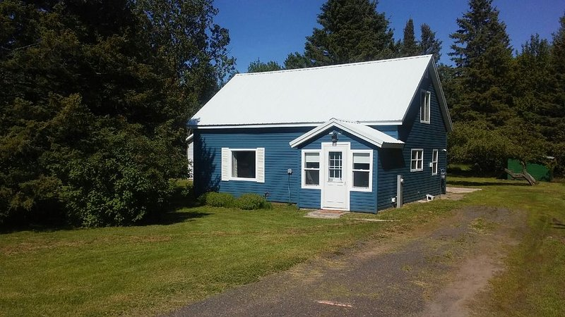 Cozy house with (AC units-seasonal) & garage, a block from ATV/snowmobile trails, holiday rental in Bergland