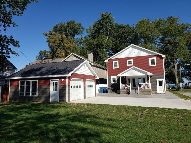Beautiful brand new Park/Lakefront home!, vacation rental in Huron