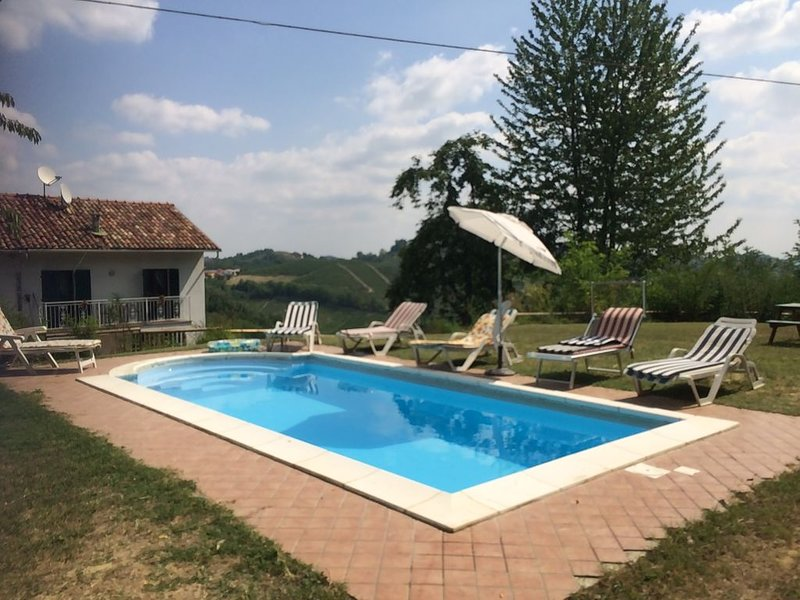 Typical country house with pool and unique views, holiday rental in Cortiglione