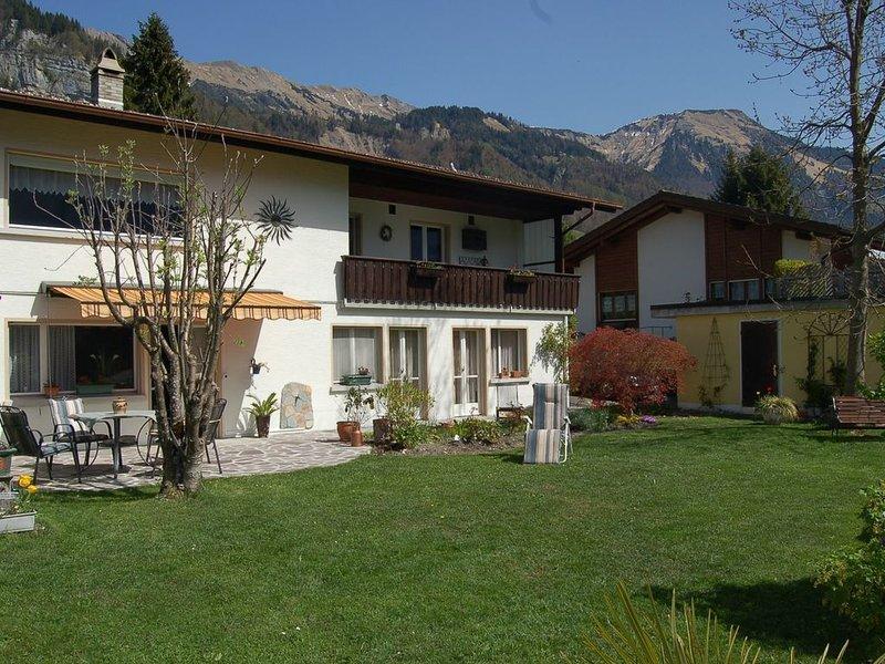 Sonnenblick 3 - zentrale Gartenwohnung am Brienzer See, holiday rental in Bernese Oberland