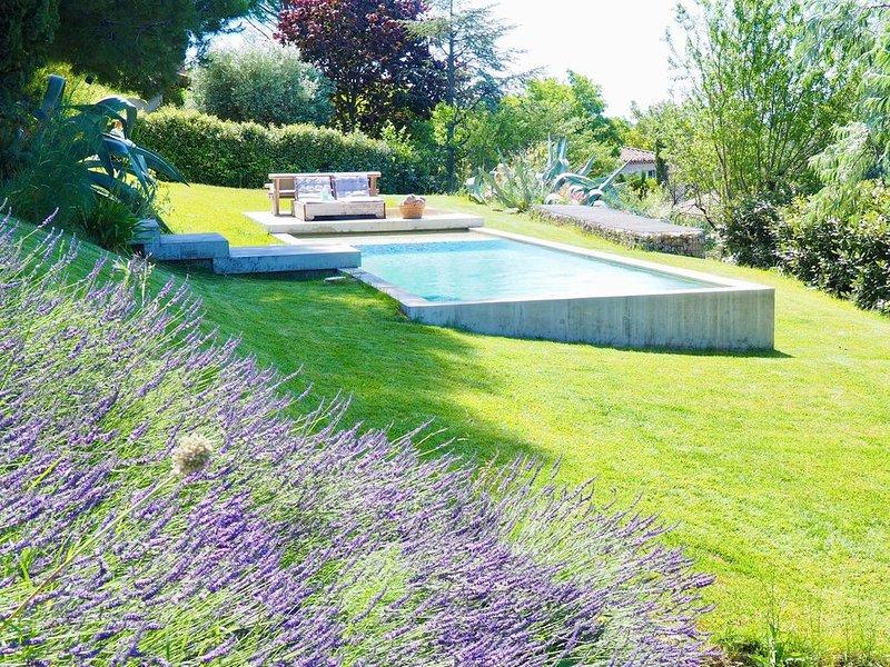 Villa contemporaine piscine et jardin, vue sur la campagne d'Aix en Provence, holiday rental in Eguilles