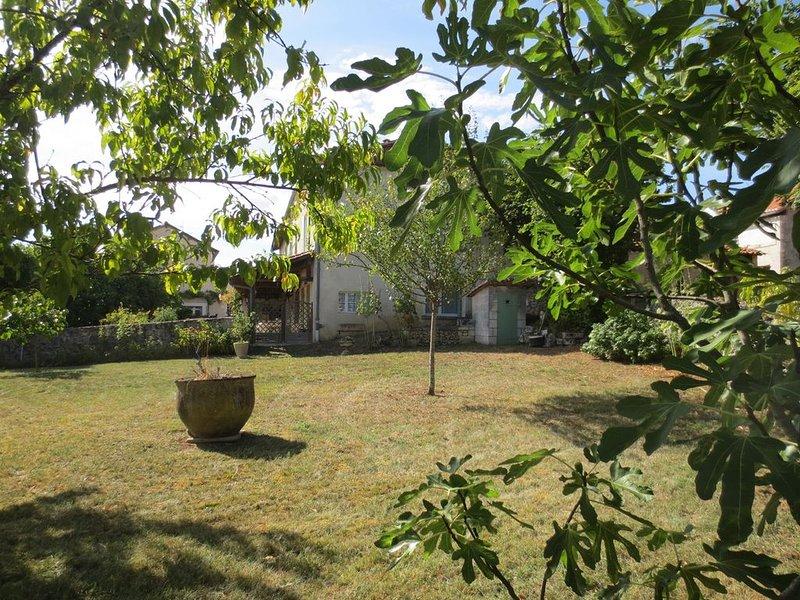 Maison De Campagne Individuelle Dans Petit Village, vacation rental in Mareuil