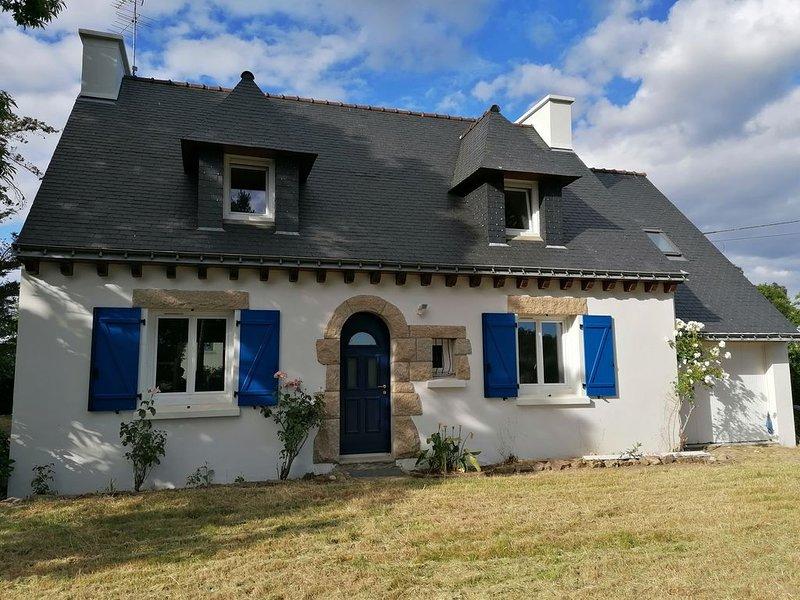 Jolie maison révovée sur un grand terrain au calme, location de vacances à Plougoumelen