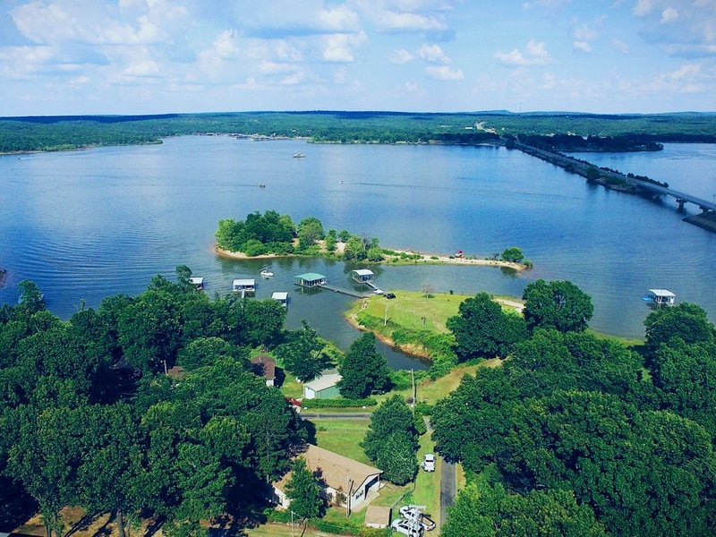Waterfront w/ Private Boat Dock, alquiler de vacaciones en Eufaula