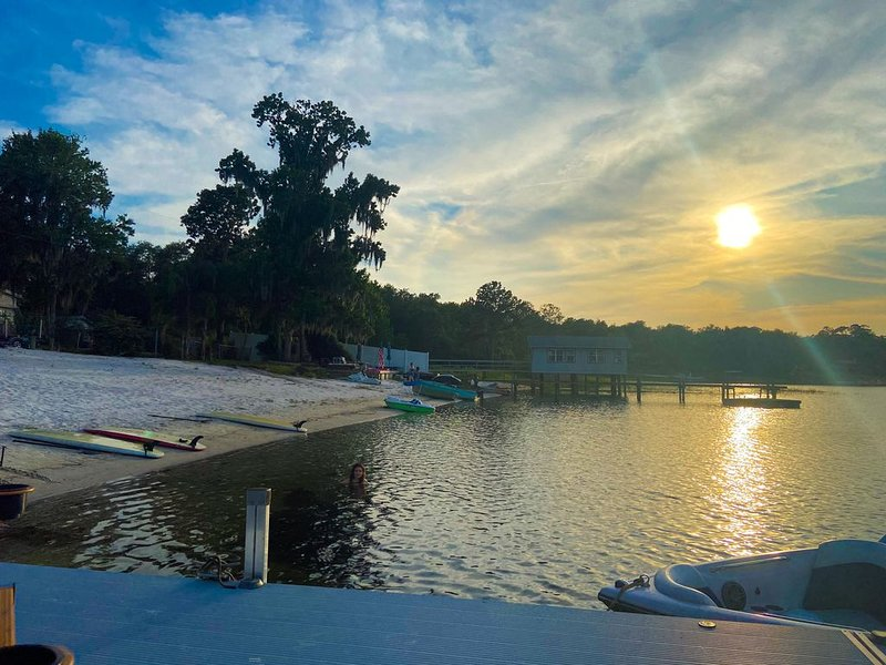 Private clear water lake - 39 ft RV 2 bed/2 bath, holiday rental in Interlachen
