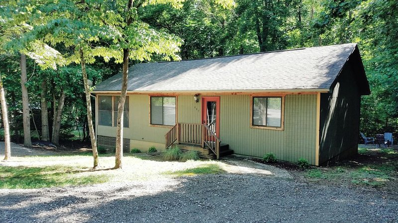 Lake House Hideaway #3, Only 2 miles from Jamestown Marina, vacation rental in Columbia
