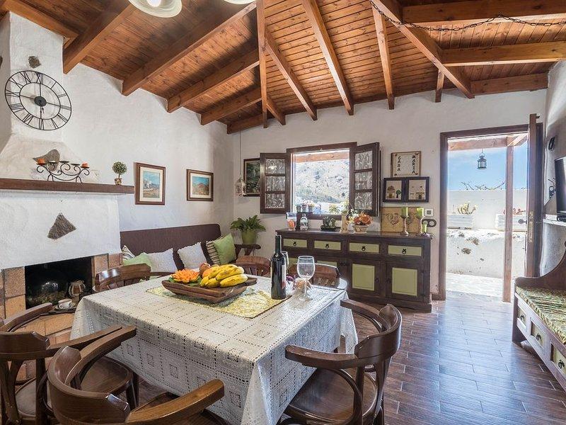 Traditionell Kanarisches Ferienhaus María mit Ventilatoren, WLAN, Terrasse und B, alquiler de vacaciones en Santiago del Teide