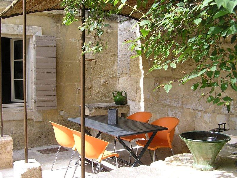 Maison de village en Provence avec terrasse et cours pour 2 à 4 pers, holiday rental in Arles
