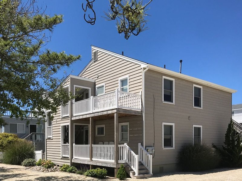 4 Houses To The Beach, Quiet Area, 2nd Floor Unit, vacation rental in Beach Haven