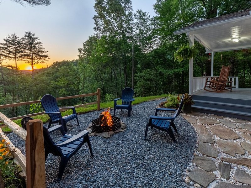 Awesome mountain view, sunsets, humming birds galore, WiFi, great kitchen, aluguéis de temporada em Bryson City