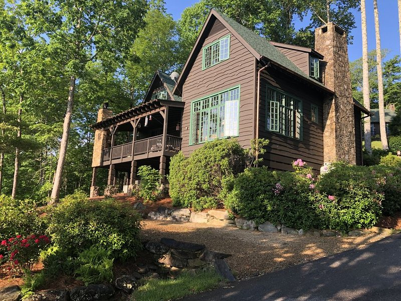 Adirondack Lodge that has glorious Mountain Views and Lake Glenville peeks, casa vacanza a Cashiers