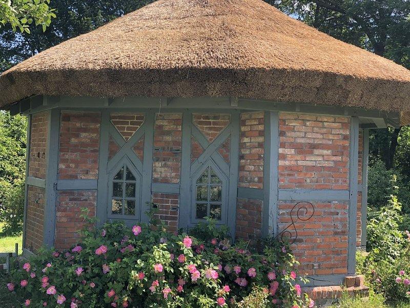 Orangerie am Park  mit wild-romanitschem  Rosen-Garten, Bienenhaus und Teich, holiday rental in Boddin